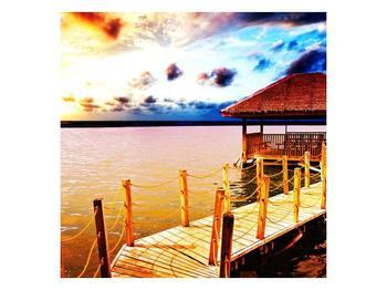Obraz dřevěné přístavby na vodě (F002408F5050)