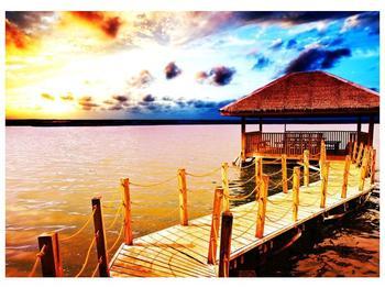 Obraz dřevěné přístavby na vodě (F002408F7050)